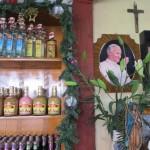 Der Papst in der Schnaps-Bude