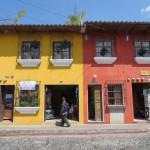 Antigua - Häuser einer Straßenzeile