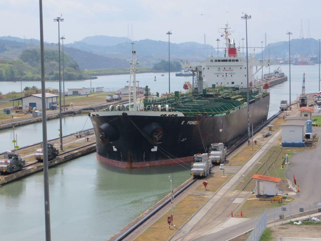 037-11 Panama-Kanal - Einfahrt in die Miraflores-Schleuse