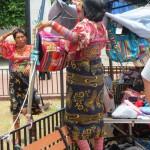 Indigenas in traditioneller Tracht - Fotos sind nur mit starkem Zoom möglich