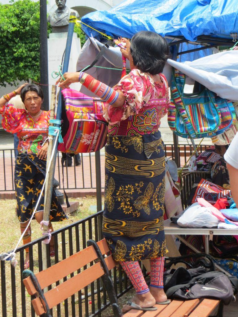 037-16 Indigenas in traditioneller Tracht - Fotos sind nur mit starkem Zoom möglich