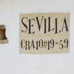 Die Adressenangaben sind im Gegensatz zu vielen anderen Ländern recht sinnvoll. Dieses Haus befindet sich in der Carratera 10, 59 m entfernt von der nächsten Straße der Calle 19.