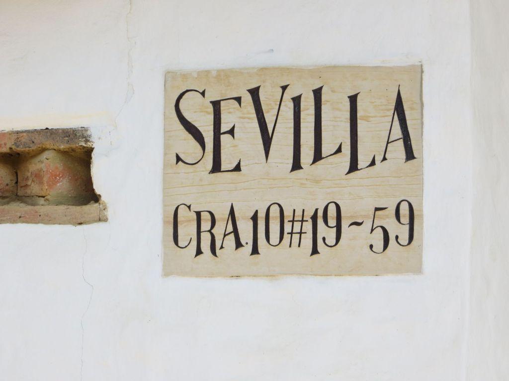 038-24 Die Adressenangaben sind im Gegensatz zu vielen anderen Ländern recht sinnvoll. Dieses Haus befindet sich in der Carratera 10, 59 m entfernt von der nächsten Straße der Calle 19.