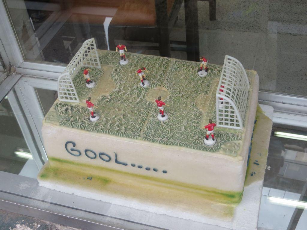 038-28 Fussball ist überall in Lateinamerika wichtig. Hier eine Tore im Schaufenster einer Bäckerei. Kostenpunkt rund 40 Euro.