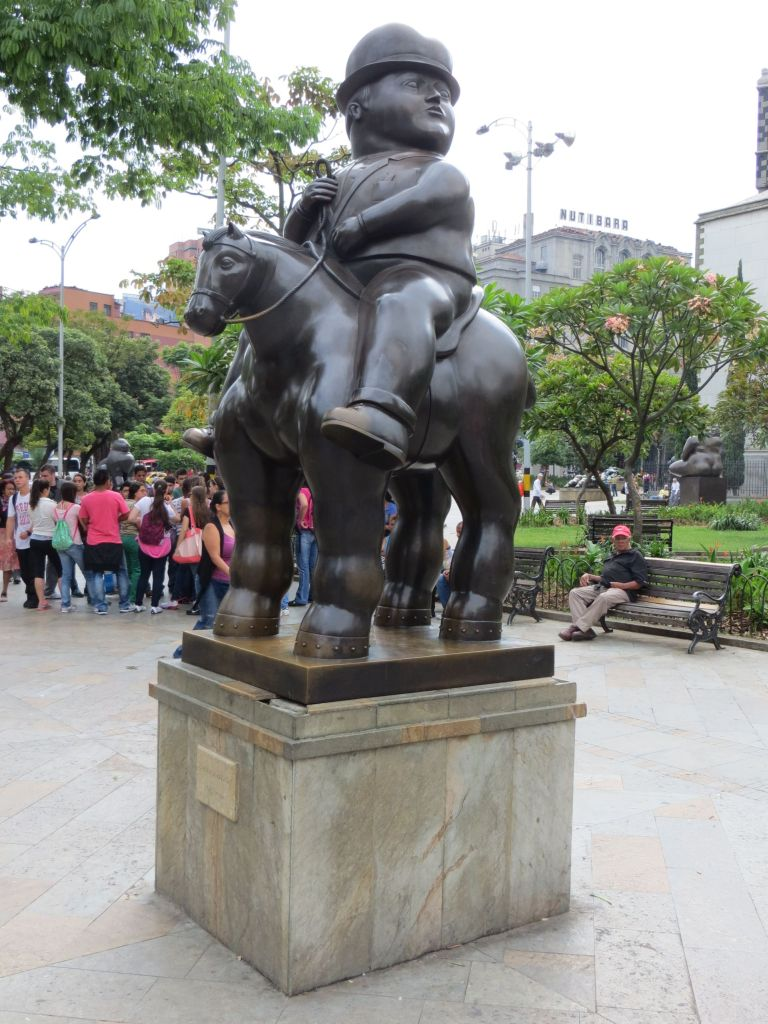 038-37 Medellin - Plaza Botero. Ein Botero steht auch in Berlin in der Nähe vom Brandenburger Tor.
