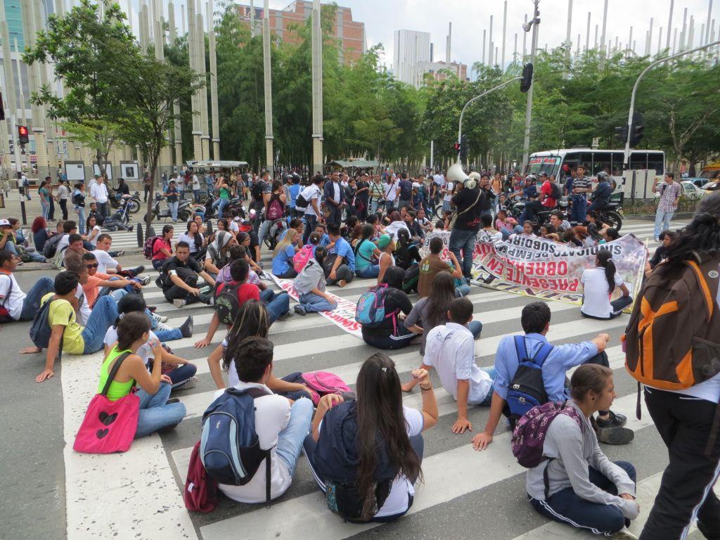 038-38 Medellin - Studentendemo, Straßenblockade