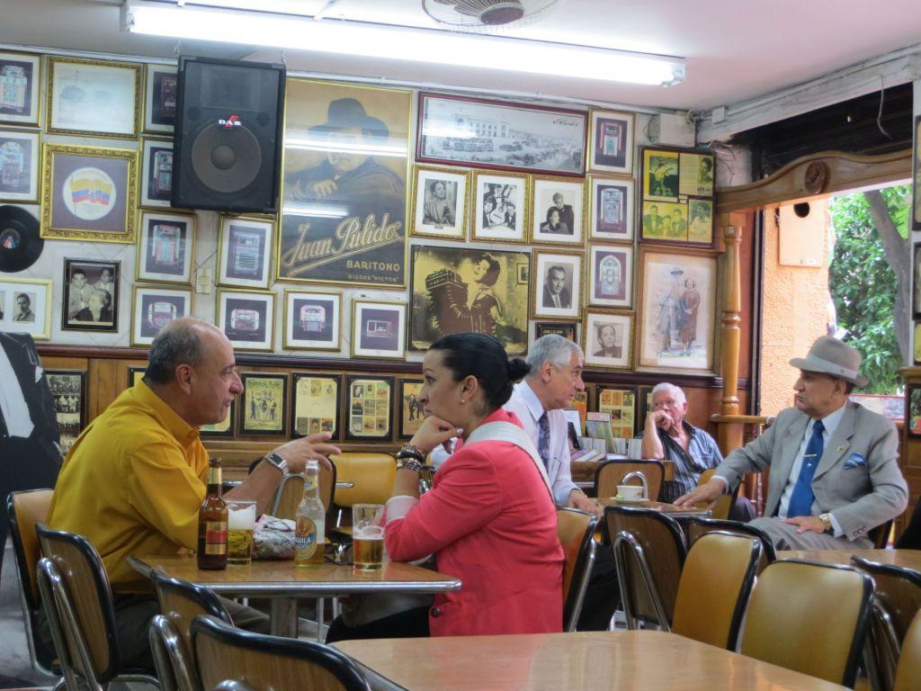 038-39 Medellin - Im Kaffeehaus