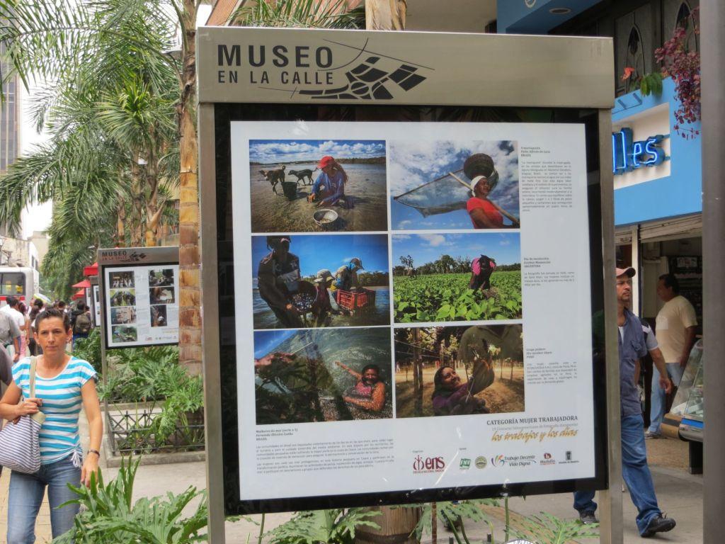 038-41 Medellin - Museum auf der Straße