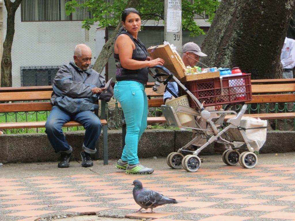 038-42 Medellin -Tinto- (Kaffee)-Verkäuferin auf der Plaza Bolivar