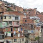 Medellin - In einem Vorort - die ganze Stadt wirkt rot weil die Häuser meistens nur zur Straße hin verputzt sind.
