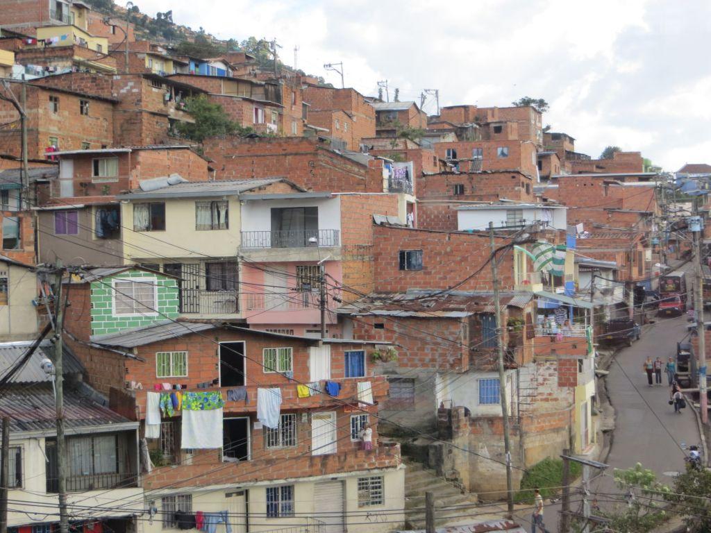 038-43 Medellin - In einem Vorort - die ganze Stadt wirkt rot weil die Häuser meistens nur zur Straße hin verputzt sind.