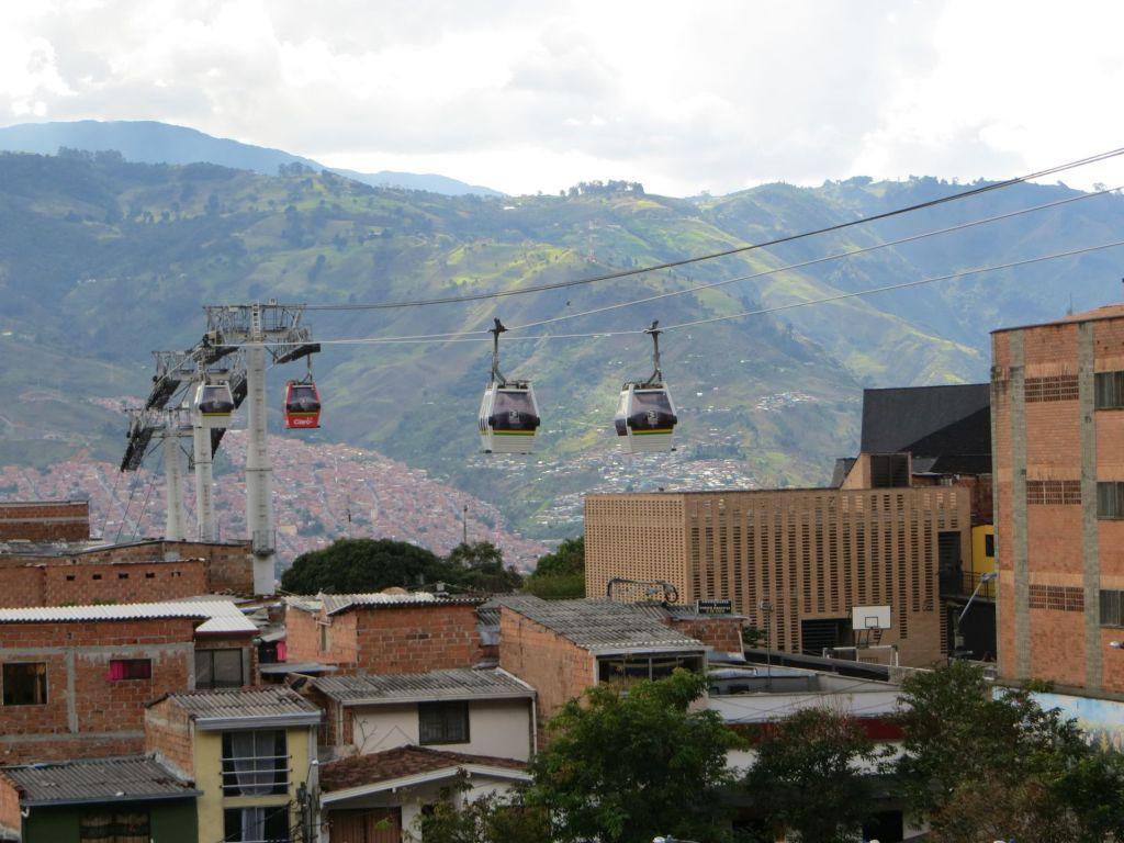 038-44 Seilbahnen sind in Medellin ein Teil des öffentlichen Nahverkehrs