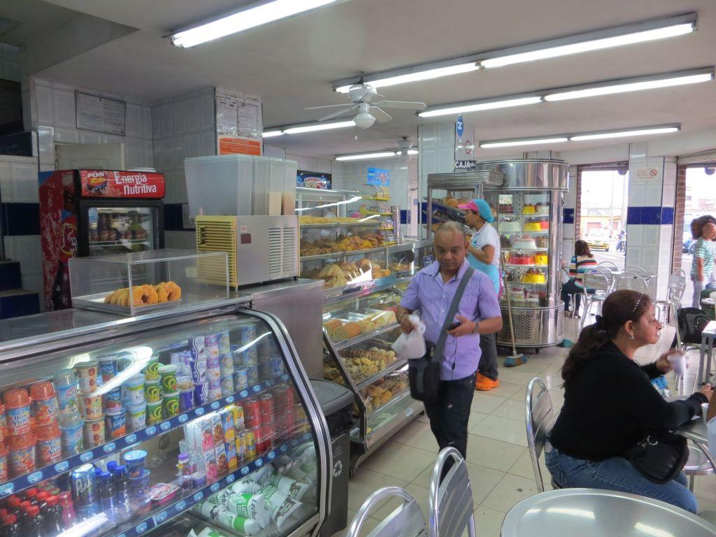 038-45 Medellin - Ein typisches Straßenkaffee, hier habe ich manchmal gefrühstückt.