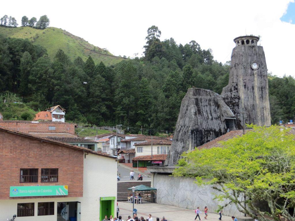 038-46 Ausflug in die Umgebung von Medellin - die in Fels gehauene Kirche von Penol
