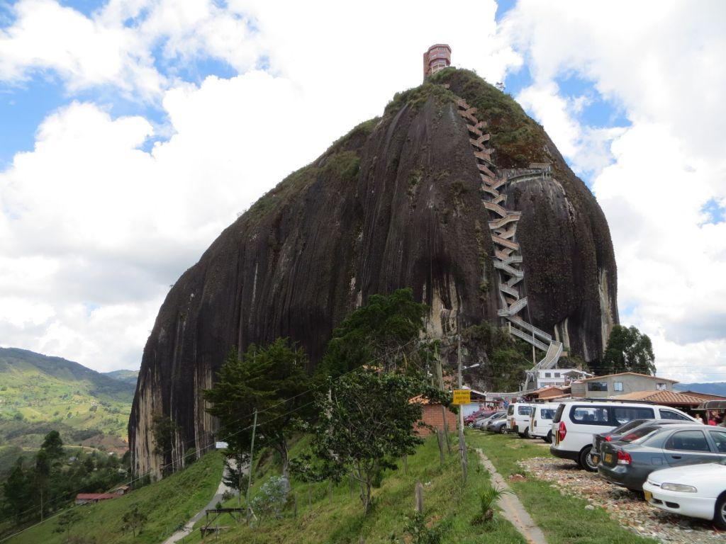 038-47 Mitten in der Landschaft um Penol steht La Piedra, der Felsen
