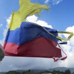 Auf Bootstour - die stark mitgenommene kolumbianische Flagge