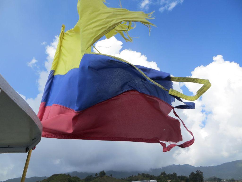 038-50 Auf Bootstour - die stark mitgenommene kolumbianische Flagge