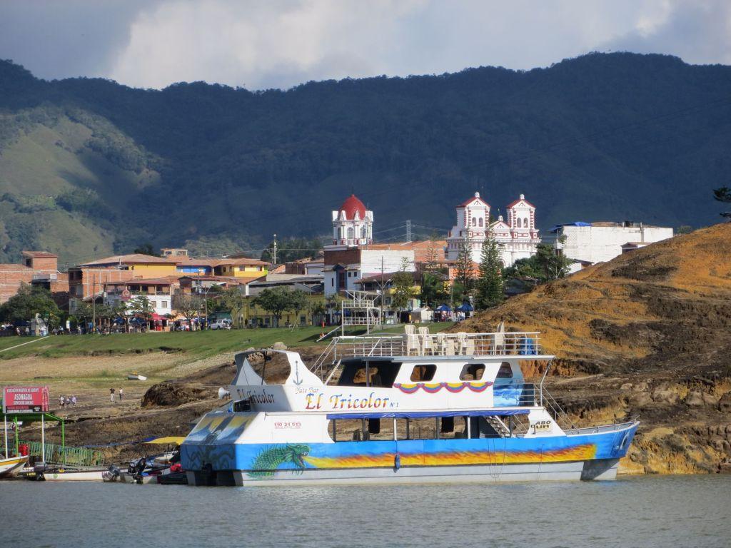 038-51 Vom Boot aus ein Blick auf das Städtchen  Guatape