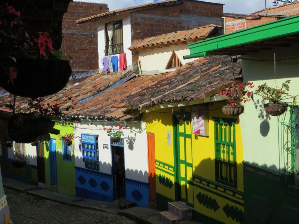 038-52 Guatape ist für die kunstvollen Wandfriese an den Häusern berühmt