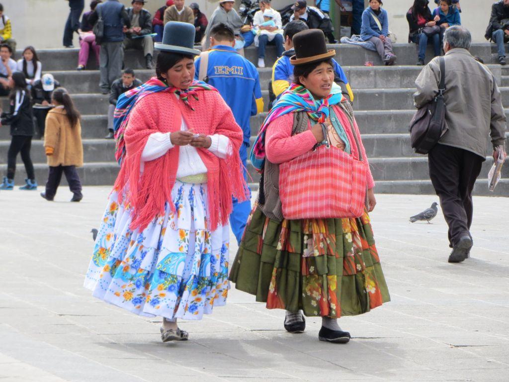 039-08 Frauen in traditioneller Kleidung - von vorn