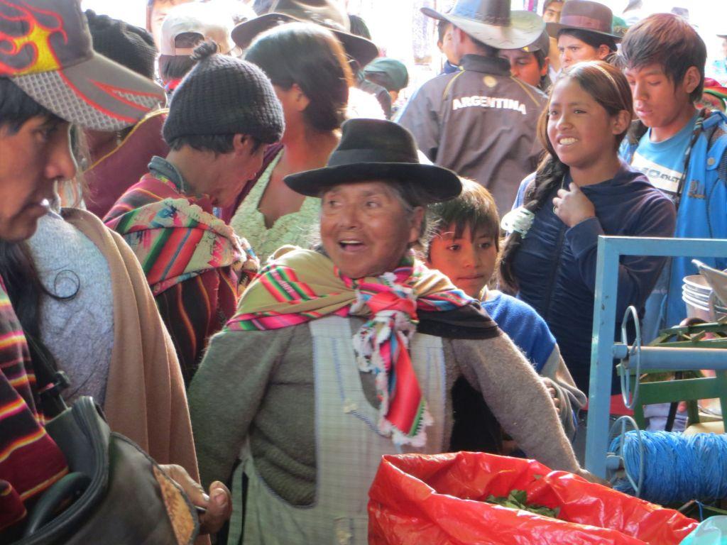 039-51 Das Ortszentrum ist ein großer Markt mit relativ wenig Touristen