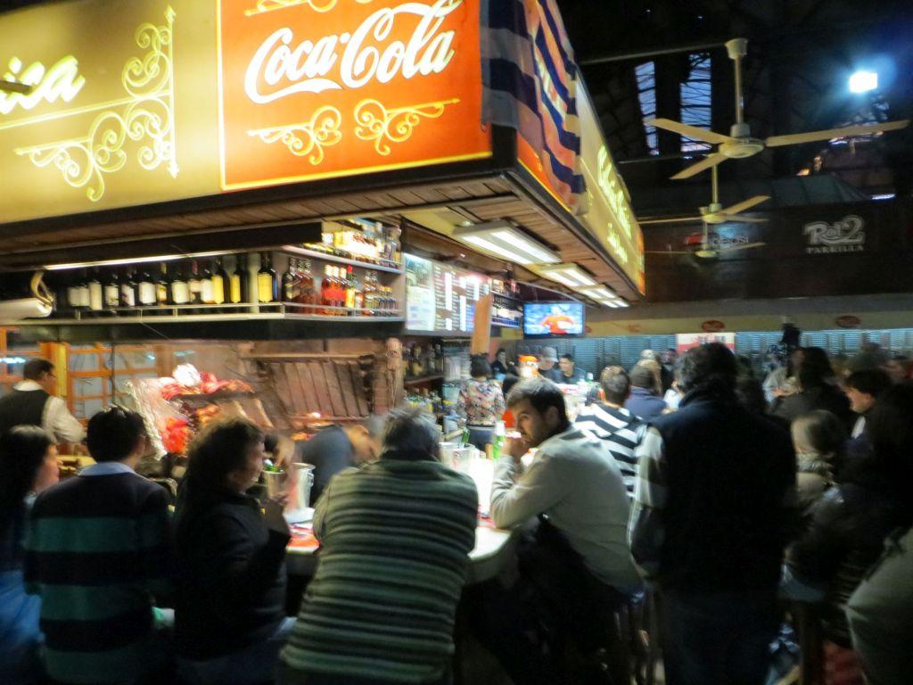 043-08 Montevideo - Futter und Fußball in der Markthalle